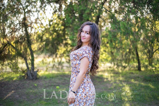 A russian bride anna from kherson with Dark Brown hair age 33